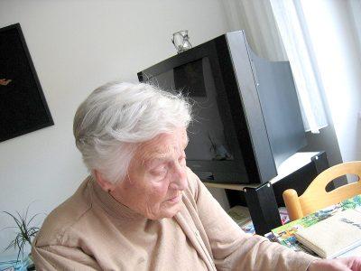 Alte Frau am Tisch